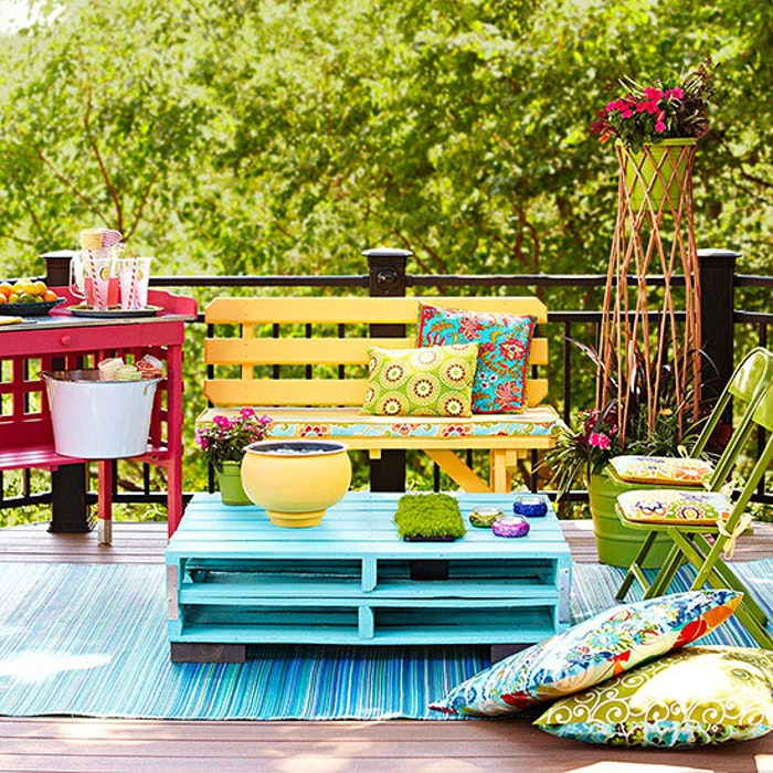 Outdoor palette table, backyard ideas on a budget
